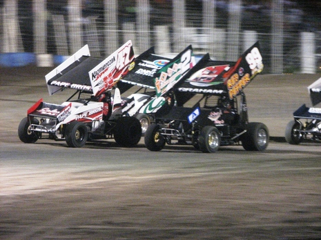 Brady Stevenson leading the feature 3 wide at the Bullring River Cities Speedway